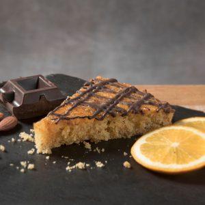Katin kolač od badema, naranče i kardamoma bez glutena Kolač napravljen od čistog rižinog brašna i bademovog brašna i naranče preliven certificiranom tamnom bezglutenskom čokoladom. Egzotičnog je okusa koji oduševljava i djecu i odrasle