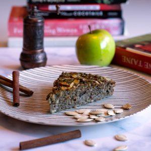 Katin kolač s bučinim brašnom i ribanom jabukom, obogaćen sokom cijeđene naranče, prženim orasima i posipom listića badema i prženih bučinih golica. Cimet mu daje predivnu mirisnu aromu, a kombinacija ovih sastojaka čini ga neodoljivim i drugačijim od svih ostalih slastica.