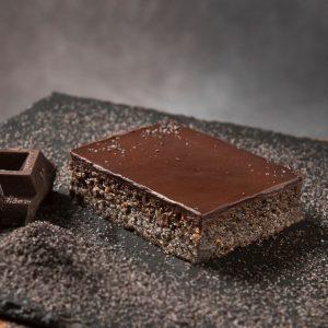 Kolač se sastoji od certificiranog maka bez glutena i ne sadrži niti jednu vrstu brašna. Preliven je tamnom čokoladom i obogaćen domaćim džemom od marelice.