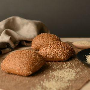Katino bijelo pecivo sastoji se od rižinog brašna i rižinog škroba , te tapioka brašna koje je zdrava i lako probavljiva alternativa tradicionalnim brašnima pšenice. Pecivo je dodatno obogaćeno posipom od sjemenki sezama. Idealno je za sendviče, a posebno ga vole djeca jer je najsličnije klasičnom pecivu.